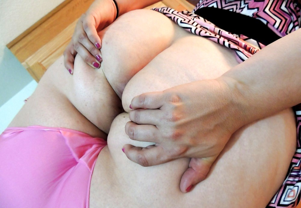 Целлюлитная попа рыженькой опытной мамки в розовых стрингах