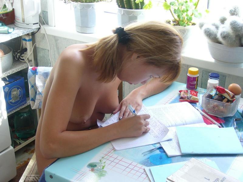 Узбекская ученица принимает душевую и переписывает лекции обнаженная