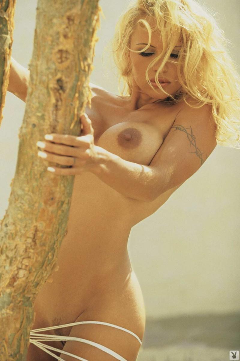 Голая блондинка засветила крупные сиськи