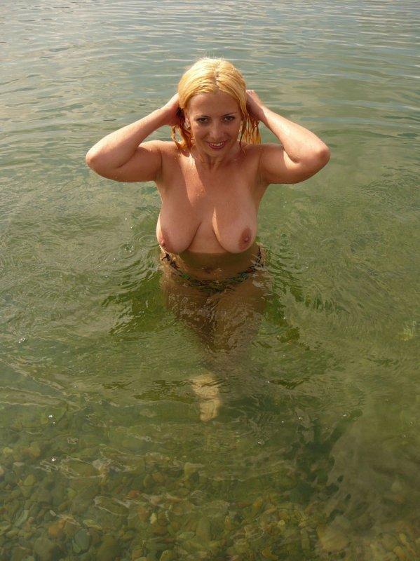 Представительницы слабого пола в естественной среде показывают шикарные сиськи
