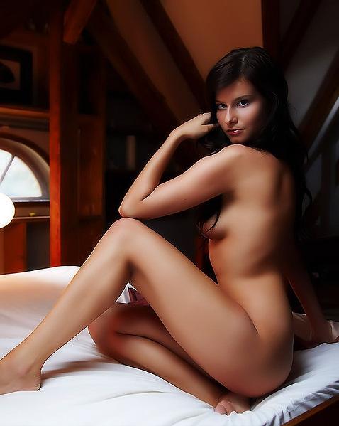 Дашка с длинными ножками демонстрирует бритую киску