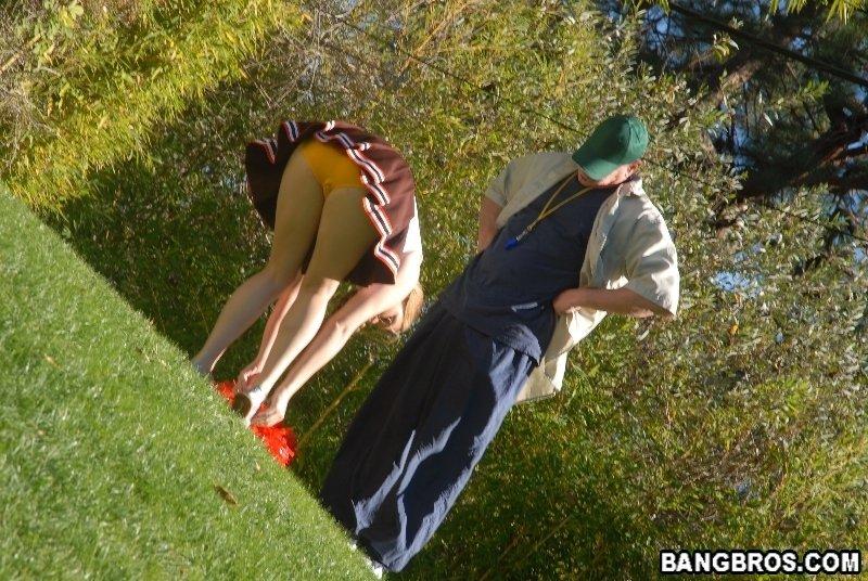 Лысый и зрелый тренер ебет изящную студенточку с огромными грудями