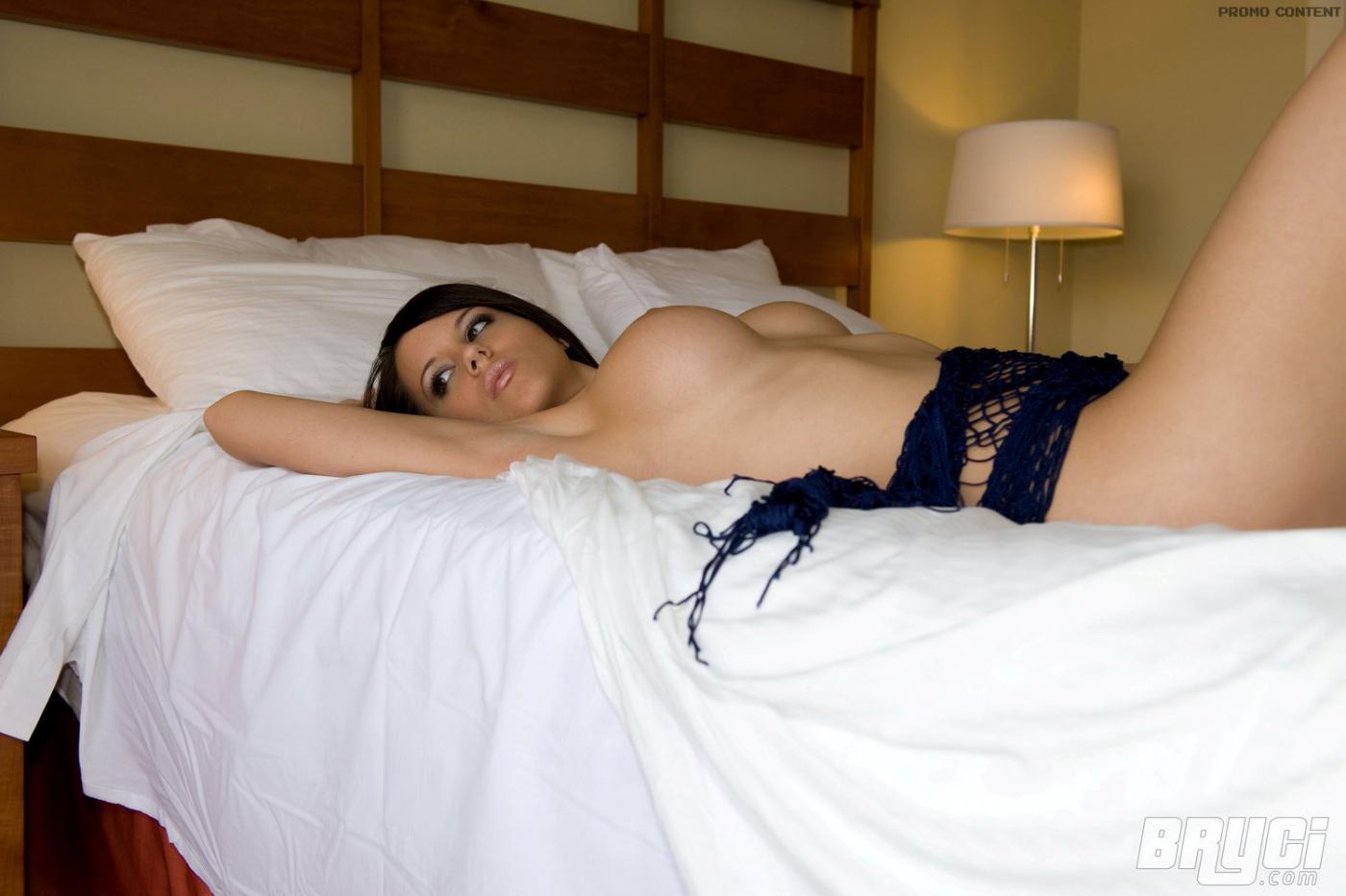 Черноволосая красоточка Bryci спускает сетчатое платье в спальне