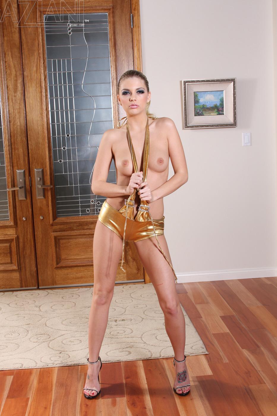 Развратная кошечка Jana Jordan стаскивает свой золотой костюм и разводит свою ухоженную пизду