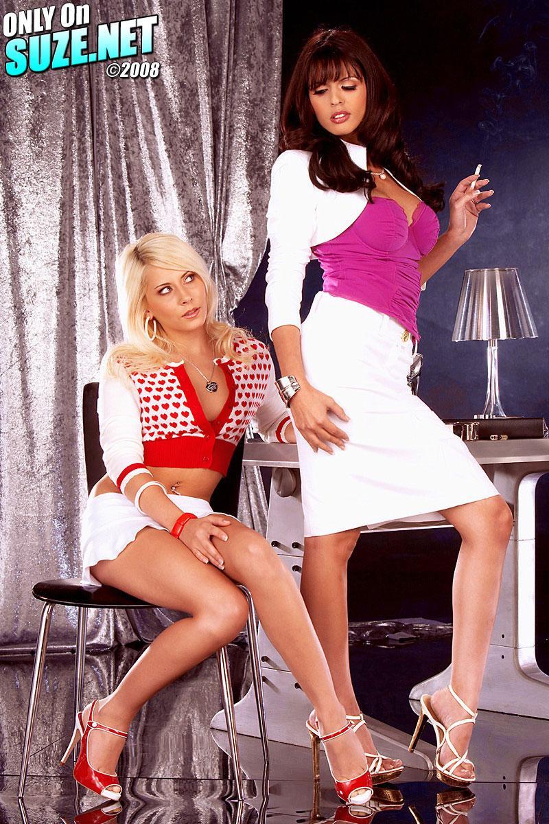 Нарядные офисные бабы Иви Мэдисон и Shy Love снимают трусы и ебут руками друг друга