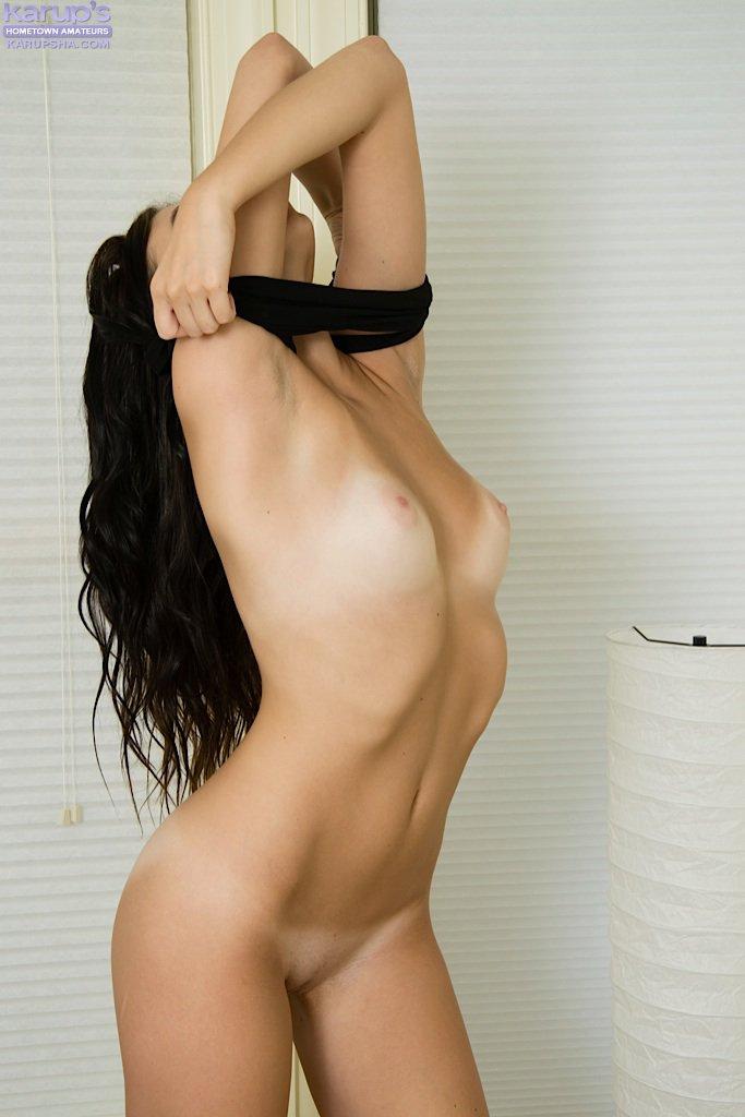 От стрингов черноволосая лапочка Lolaylah Iris выглядит супер похотливой