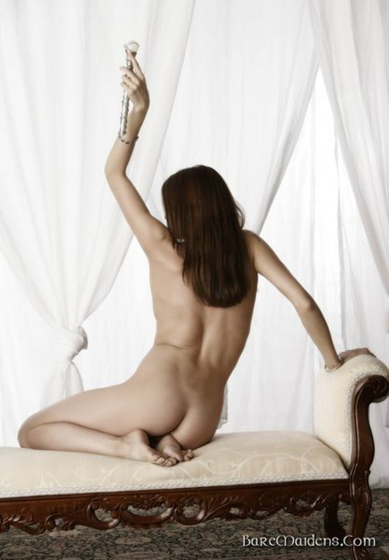 Соблазнительная деваха лежит нагишом на кушетке