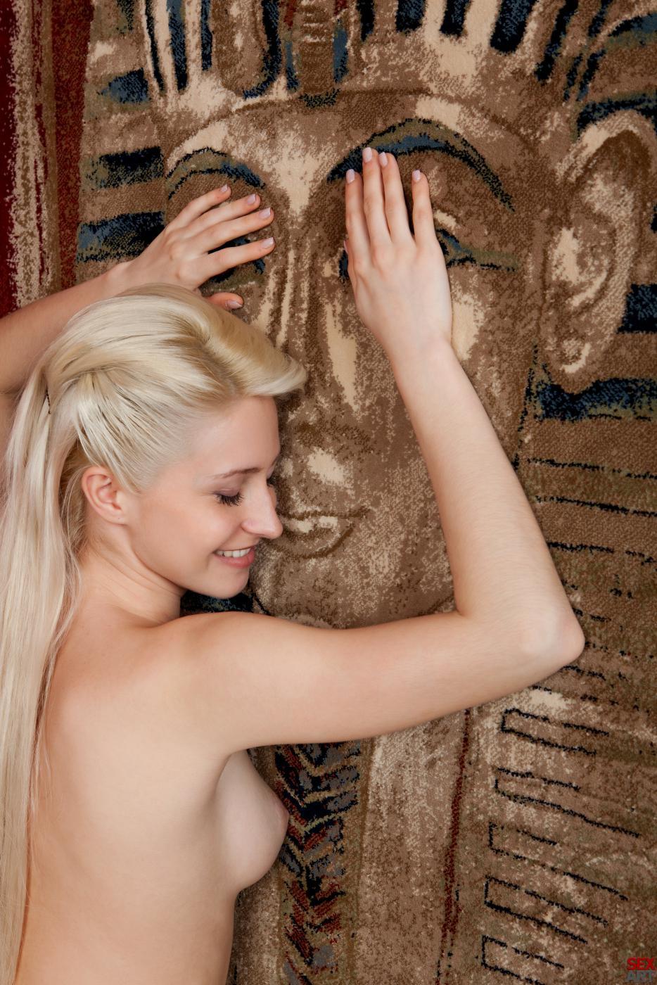 Раздетая светловолосая красоточка Janelle B принимает душ и соблазнительно фотографируется на постели