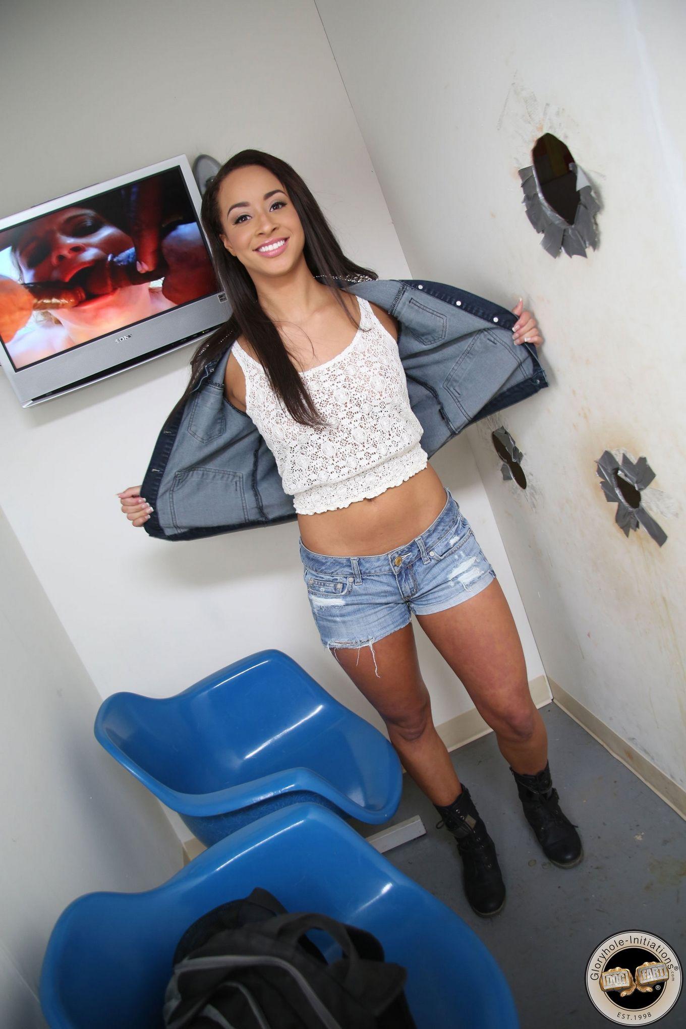 Симпатичная девица, в туалете ебется с фаллосом торчащим из дыры в стене