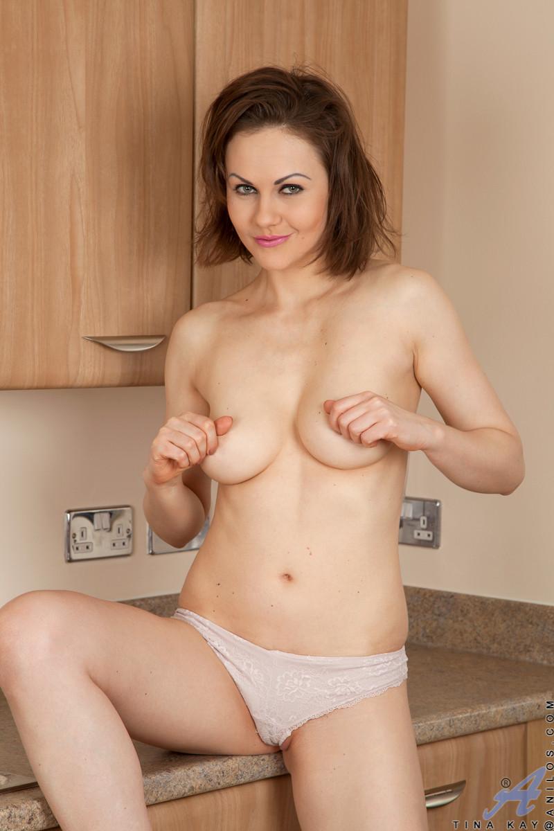 Смелая шалава снимает одежду прямо на кухне